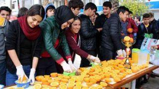 Antalya'da Öğrenciler Portakal Suyu Dağıttı